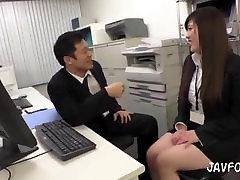 Japāņu MILF sekretārs ļauj viņai boss grābstīties viņas ass darbā pie kolēģiem