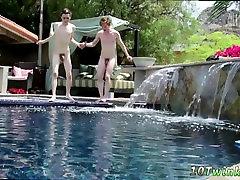 समलैंगिक butt hook solo सीधे आदमी और समलैंगिक निको में यह गहरी लेता है एक घर वीडियो
