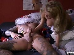 Sexy Tattoo Girl entsaftet den Schwanz vom Weihnachtsmann