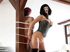 Domina BDSM Erziehung mit Latekso Kleidung