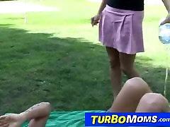 एमेच्योर हंगेरी माँ डोरा बगीचे में घर का सेक्स