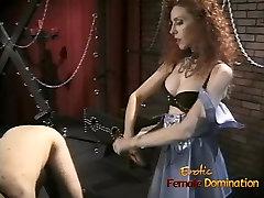 Plonas redhead kalė turi tranko savo vyro su didžiule strap-on