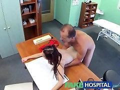 FakeHospital رائع في سن المراهقة يريد أن يتعلم honey its ok يكون الجنس دون وقاية