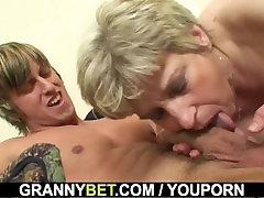 Young guy pounds girl di rogol grandma on the couch