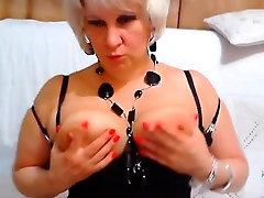 Veľké tit blondína zrelé masturbuje