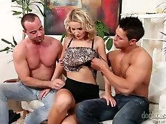 Bifil dudes er kyssing mens blonde suger hardt dicks
