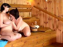 Dvě vášnivé BBWs mají nezapomenutelné sex zábava v sauně