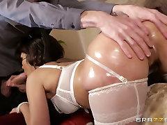metalic skirt porno model v belo perilo in nogavice, daje njeno glavo