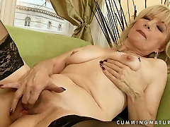Spoiled grannie in sexy pati navida follando stockings fingers her wet pussy