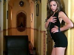 Meelas ja horny brunette Kiera Talvel kasutab dildo poleerimiseks tema twat