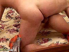 Voluptuosa ninfeta em brilhante meias Joan gosta de chupar um pau para o esperma