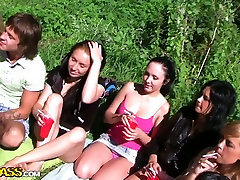 Študente, ki gredo divje na prostem skupine sex party