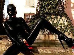 Sexy bitch valkā lateksa kostīmu masturbē āra