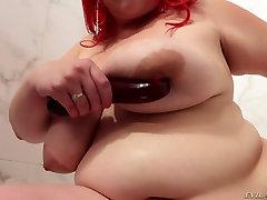 Raguotas redhead fattie balandžio Flores masturbates su sekso žaislai