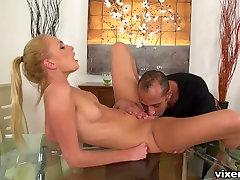 Vētraina blondīne hottie Ivana Cukura kļūst fantastisks pežu laizīšana
