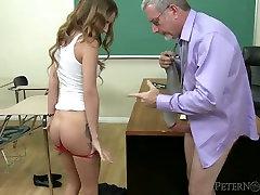 Seksi študentka hick Maci Winslett zapelje stari učitelj, in jebe mu na njegovo mizo