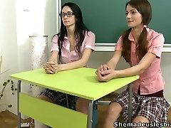 Nenadzorovano pohoten učiteljev trakovi pred njo študentov
