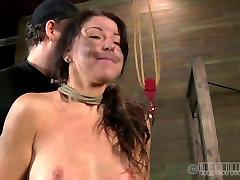 Wulpse brunette harlow krijgt hing ondersteboven in de BDSM sex clip