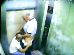 yees 16 en un ascensor de C.C Galerias Mall