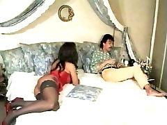 Dober analni seks v veliki postelji
