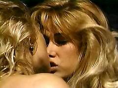 Dvi karštos blondinės ant sofos