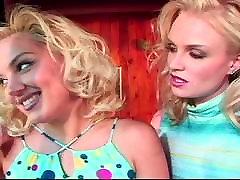 Divām seksīgām blondīnēm ar Siksnu-on