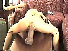 Πηδάει ένα τεράστιο dildo