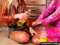 Lesbians गीले और गन्दा हो जाओ में तेल की लड़ाई