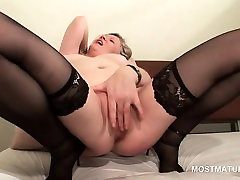 Mature in sybian luna giving herself and orgasm