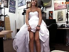 Līgava ir marionetēm viņas cuckold bi swallows kleitu un pavirši ar pawnkeeper