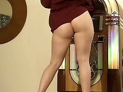 Juteklīgs brunete sloksnes no viņas drēbes