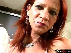 Rdečelaska tranny v pisane bikini masturbates v kuhinji