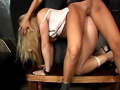 Blonde MILF dominē viņas vergu