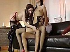 Nobriedis Britu dāma trijatā ar jauno mauku zeķes