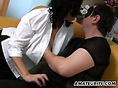 Išsipūtęs mėgėjų mama sucks ir gauna masturbated