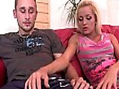 Karstā blondīne draudzeni dalījās ar savu bro