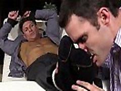 Bryce Evans ir saistīta un tā ir viņa kāju pirkstus laizīja uz dīvāna