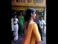 Indijos neklaužada gatvės merginos daro neklaužada veikti kelių