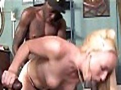 Amatöör Blond Võttes Lõbus Koos 3 Musta Dicks