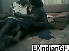 शौकिया भारतीय जोड़ी कमबख्त के रहने वाले कमरे में फर्श