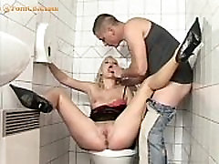 Blondīne jāšanās uz tualetes