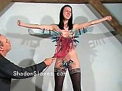 Kruto tit mučenja in skrajen bdsm Emily Sharpe v hellpain krepke in bre