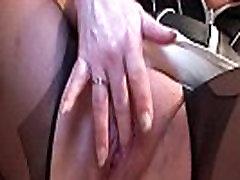 Erotické zrelé dievča v pančuchy masturbácia s vibrátorom