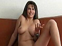 Sexy busty bruneti drāž uz ādas damm massage xxx