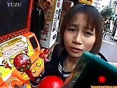 Asian teen je hoja po ulicah accompani iz http:alljapanese.net