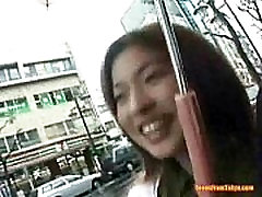 Azijos mergina eina gatve, yra ques iš http:alljapanese.net