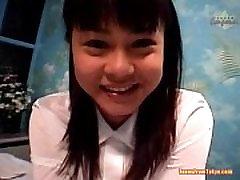 Azijos mergina moksleivės uniformą sėdi ant iš http:alljapanese.net