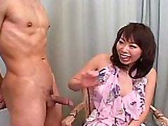Amatérske MILF v krátkej sukne hovada a sucks kohút počas rozhovoru