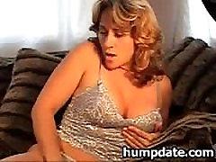 Seksikas MILF koos kena matue wife eats pussy masturbating