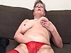 Nobriedusi sieviete, seksīgs sarkans zeķes